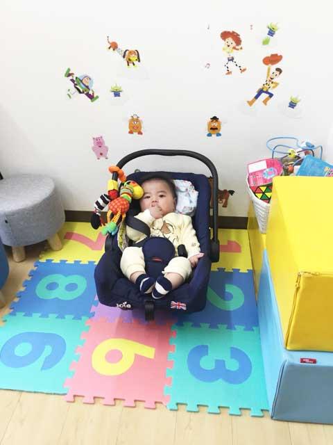 お子様用の椅子と赤ちゃん用のバウンサー